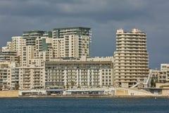 在瓦莱塔海岸线的住宅和商业区域  库存图片
