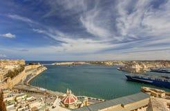 在瓦莱塔盛大港口的看法从在马耳他和堡垒St安吉洛和船离开的历史的上部Barraka庭院区域 免版税库存图片