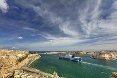 在瓦莱塔盛大港口的看法从在马耳他和堡垒St安吉洛和船离开的历史的上部Barraka庭院区域 库存图片