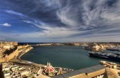在瓦莱塔盛大港口的看法从在马耳他和堡垒St安吉洛的历史的上部Barraka庭院区域 图库摄影