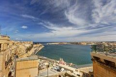 在瓦莱塔盛大港口的看法从在马耳他和堡垒St安吉洛的历史的上部Barraka庭院区域 免版税图库摄影