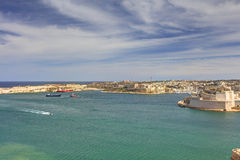 在瓦莱塔盛大港口的看法从在马耳他和堡垒St安吉洛的历史的上部Barraka庭院区域 库存照片