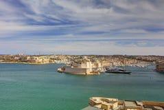 在瓦莱塔盛大港口的看法从在马耳他和堡垒St安吉洛的历史的上部Barraka庭院区域 库存图片
