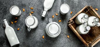 在瓶和水罐的新鲜的牛奶有一个木箱的 免版税图库摄影