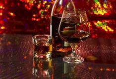 在瓶和玻璃的白兰地酒。 库存图片