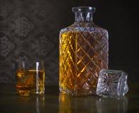 在瓶和玻璃的威士忌酒与冰 免版税库存图片