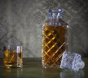 在瓶和玻璃的威士忌酒与冰 免版税库存照片