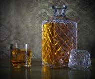 在瓶和玻璃的威士忌酒与冰 库存照片