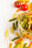 在瓶子、西红柿和spi的五颜六色的意大利fusilli面团 库存图片