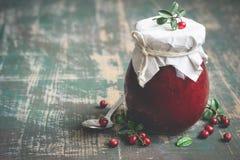 在瓶子和新鲜的莓果的越橘果酱 选择聚焦,拷贝空间 免版税库存照片