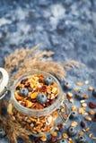在瓶子和新鲜的蓝莓的自创格兰诺拉麦片 免版税库存照片