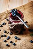 在瓶子和新鲜的蓝莓的自创蓝莓果酱 库存照片