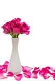 在瓶子和玫瑰花瓣的玫瑰 库存图片