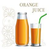 在瓶子和玻璃的现实橙汁 库存图片
