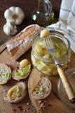 在瓶子和franch的大蒜confit涂了面包 库存图片