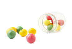 在瓶子旁边的多个口香糖球 免版税库存图片