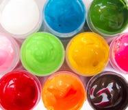 在瓶子的丙烯酸漆有盖子的打开,顶视图,明亮的油漆 库存图片