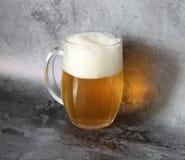 在瓶子的低度黄啤酒 库存图片
