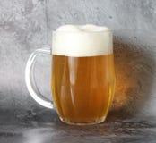 在瓶子的低度黄啤酒 免版税库存图片