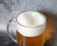 在瓶子的低度黄啤酒 库存照片