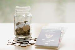 在瓶子的储款有旅行的货币的 免版税库存照片