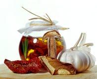 在瓶子的各式各样的蕃茄用大蒜 图库摄影