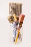 在瓶子的四把使用的装饰的油漆刷 库存照片