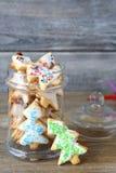 在瓶子的圣诞节曲奇饼 免版税库存图片