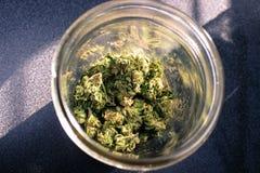 在瓶子的大麻 库存照片