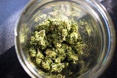在瓶子的大麻 免版税库存照片