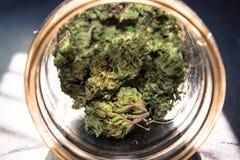 在瓶子的大麻 库存图片