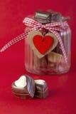 在瓶子的巧克力 背景蓝色框概念概念性日礼品重点查出珠宝信函生活纤管红色仍然被塑造的华伦泰 库存图片