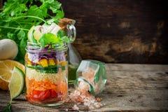 在瓶子的新鲜的五颜六色的沙拉 免版税库存照片