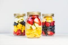 在瓶子的果子和莓果沙拉 免版税库存照片