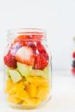 在瓶子的果子和莓果沙拉 库存图片