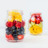 在瓶子的果子和莓果沙拉 免版税库存图片