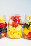在瓶子的果子和莓果沙拉 免版税图库摄影