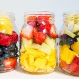 在瓶子的果子和莓果沙拉 图库摄影