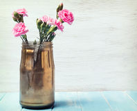 在瓶子的桃红色花 免版税库存图片