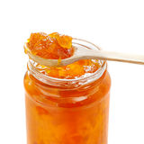 在瓶子的橙色桃子果酱 免版税图库摄影