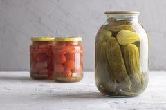 在瓶子的泡菜在白垩背景 免版税库存照片