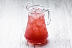 在瓶子的红色新自创柠檬水饮料 免版税库存照片