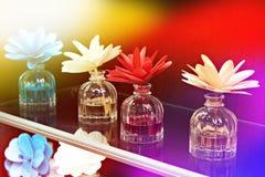 在瓶子的花有芬芳油的 免版税库存图片