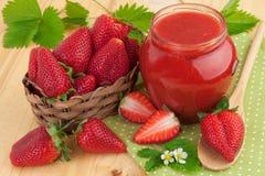 在瓶子的草莓酱 库存图片