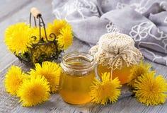 在瓶子的蒲公英蜂蜜 库存图片