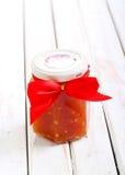 在瓶子的蕃茄辣调味汁 免版税库存图片
