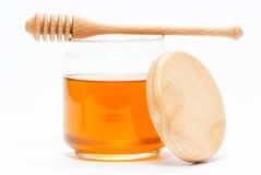 在瓶子的蜂蜜有浸染工的 免版税库存照片