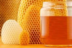 在瓶子的蜂蜜有蜂窝的 免版税图库摄影