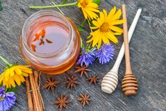 在瓶子的蜂蜜有蜂蜜匙子的 免版税库存图片