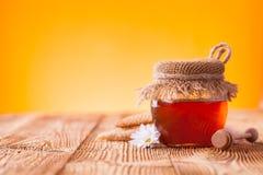 在瓶子的蜂蜜 库存照片